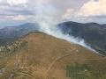PRÁVE TERAZ Hasiči opäť zasahujú pri požiari lesa v Polomke