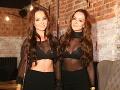 Veronika a Daniela Nízlové z dua TWiiNS dorazili do spoločnosti v sexi čipkovaných podprsenkách.
