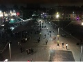 VIDEO Hrôza na obľúbenom námestí, útočníci sa prezliekli za hudobníkov, následne spustili paľbu