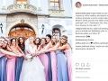 Barbora Rakovská so svojimi družičkami, ktoré ju prekvapili rovnakými šatami a kvetinovými venčekmi.