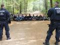 FOTO Za svoj ušľachtilý cieľ by dali všetko: Polícia vyháňa aktivistov z Hambašského lesa už piaty deň