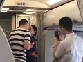 Romantika na palube lietadla sa poriadne zvrtla: Letuška za toto VIDEO dostala padáka