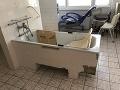 Žilinskí dôchodcovia žijú v bojových podmienkach: Otrasné FOTO kúpeľne, v ktorej by ste neokúpali ani psa