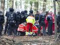 Na mieste protestu proti výrubu nemeckého lesa zahynul novinár: Mal spadnúť z veľkej výšky