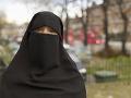 Švajčiarski voliči v referende rozhodujú o návrhu na zákaz zahaľovania tváre