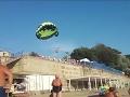 Dovolenkový horor na pláži: Pár na padáku sa zamotal do elektrického vedenia, VIDEO hrôzy
