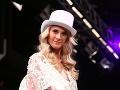 V čipkovanom overale vynikla krásna postava moderátorky a modelky Majky Zelinovej.
