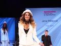 V nohavicovom kostýme s príťažlivým výstrihom sa predviedla finalistka miss Karolína Miková.