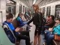 Anne (20) vadí, ako sa muži rozťahujú na sedadlách v MHD: Svoju krutú pomstu nakrútila na VIDEO