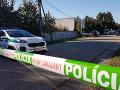 Polícia prehradila časť ulice v Kolárove páskou.