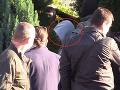 Polícia jedného z podozrivých, pravdepodobne Tomáša Sz., odviezla po niekoľkohodinovej prehliadke domu v dodávke.