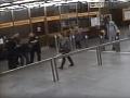 VIDEO zo zásahu: Agresívny cudzinec v pražskom metre rozoberal eskalátor, policajti ho spacifikovali