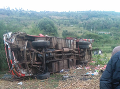 FOTO Smrteľná nehoda autobusu: Zišiel z cesty a skotúľal sa dolu svahom, 50 mŕtvych
