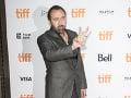 Nicolas Cage si podľa všetkého farbí vlasy aj bradu.