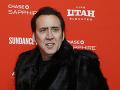 Nicolas Cage vyzerá ako pajác, ale... Aha, sexuje rovno s dvomi ženami!