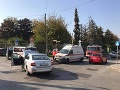 Muž skončil v nemocnici po kolízii sanitky a taxíka: Jedna zo strán sebavedomo ukazuje na vinníka