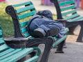 Slovák spal na lavičke vo Viedni: Polícia mu chcela pomôcť, on z ničoho nič zaútočil