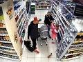 FOTO Nakupovali bez platenia: Alkohol a potraviny hádzali do kočíka, sedelo v ňom dieťa!