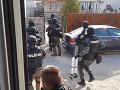 Veľký zásah kukláčov v Seredi: VIDEO Stovka policajtov zaistila kompromitujúci materiál, 14 zadržaných