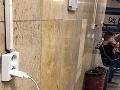 Cestujúci si v novej čakárni na bratislavskej hlavnej stanici nemohol nabiť telefón.