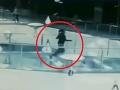 Žena sa ponáhľala na schôdzku: VIDEO Hrôza v obchodnom dome, pád do nádrže so žralokmi