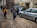 Zosuvy pôdy, záplavy a silný vietor: Ohrozeným rakúskym regiónom príde na pomoc aj armáda