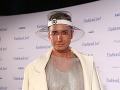 Paviel Rochynak prišiel do spoločnosti opäť v netradičnom outfite. Tentokrát zaujal plastovým klobúkom.