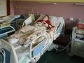 Absolútna beznádej rodičov: Krvácajúceho Adamka nechali lekári na chodbe, po operácii mandlí upadol do kómy