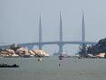 V Číne otvorili najdlhší most na svete, ktorý vedie ponad more a zároveň ponad deltu Perlovej rieky.