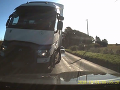 Na vodiča (33) BMW sa vyrútil zo zákruty kamión: VIDEO Muža zachránili iba rýchle reflexy