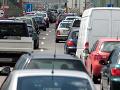 V Bratislave hlásia zdržanie okolo 40 minút: Pre nehody sa vytvorili kolóny