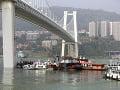 VIDEO Hrôzostrašná nehoda na moste: Autobus sa zrútil do rieky, v akcii sú potápači