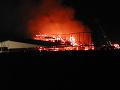 V Kamenici nad Cirochou v noci horelo družstvo: Hasiči sa trápili viac ako osem hodín