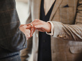 V českom parlamente budú debatovať o návrhu zákona umožňujúcom manželstvá homosexuálov