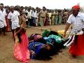 Bizarný rituál: Tisíce posadnutých žien bičujú priamo na ulici, chcú ich zbaviť zlých duchov