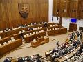 Poslanci opäť rozhodovali: Sporný odvod reťazcov schválili so zmenami, odmietli zákon kotlebovcov