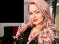 Eva Zelníková sa dnes pýši ružovými vlasmi.