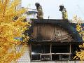 Hasiči kontrolujú miesto požiaru v Soule.