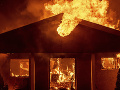 V obci Hodejov horí dom: Požiar sa rozširuje a hasiči majú ťažké podmienky na zásah