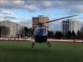 Michal David pristál so súkromným vrtuľníkom na futbalovom ihrisku v Brezne.