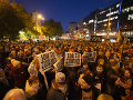 Účastníci počas protestného zhromaždenia organizovaného iniciatívou Za slušné Slovensko, spojeného s iniciatívou Nie je nám to jedno na Námestí SNP v Bratislave