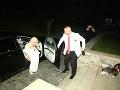 Martin Jakubec svojej manželke džentlmensky otvoril dvere na aute.