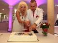 Martin Jakubec a Božanka rozkrájali tortu.