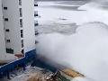 Zničená dovolenka na Tenerife: Evakuácia turistov, VIDEO obrovské vlny zmietli balkóny