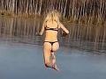 VIDEO Sexi Ruska chcela skočiť do jazera: Dopad ako zo zlého sna, AU!
