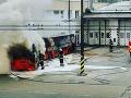 Strach v Bratislave, oblohou sa šíril hustý dym: VIDEO Na konečnej zhorel autobus MHD
