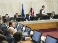 Premiér Pellegrini žiada prehodnotiť systém pomoci v hmotnej núdzi