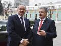 Na snímke ukrajinský prezident Petro Porošenko (vpravo) víta prezidenta SR Andreja Kisku v Kyjeve