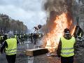 NAŽIVO z Paríža: Drsné zábery! Desaťtisíce demonštrantov v uliciach, strety s polícou, horiace barikády