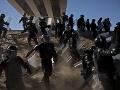 Prefíkaný plán migrantov: Američania použili slzotvorný plyn, Mexiko ich deportuje